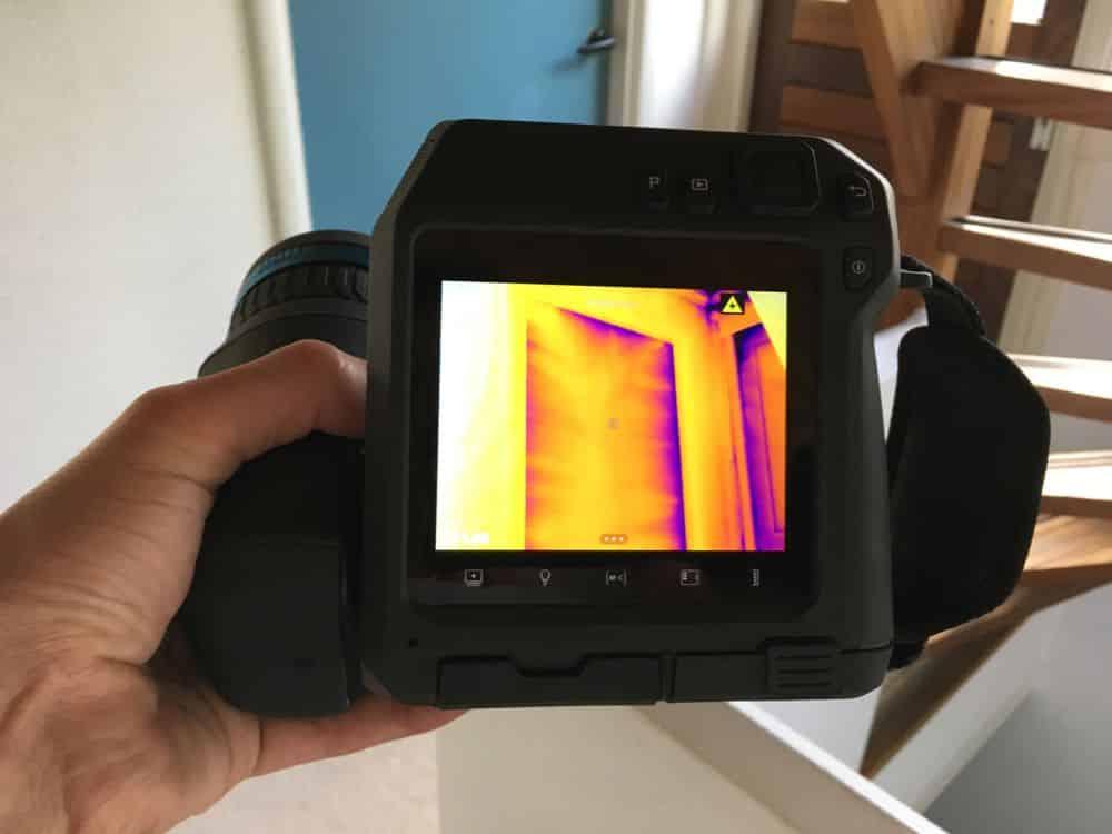 Thermografie brengt tochtklachten in beeld tijdens een test met Blowerdoor.