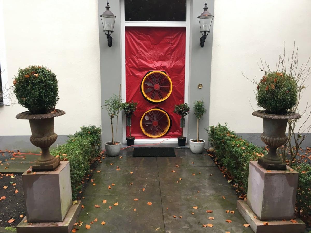 Blowerdoortest bij kou en tochtklachten in een villa in Naarden