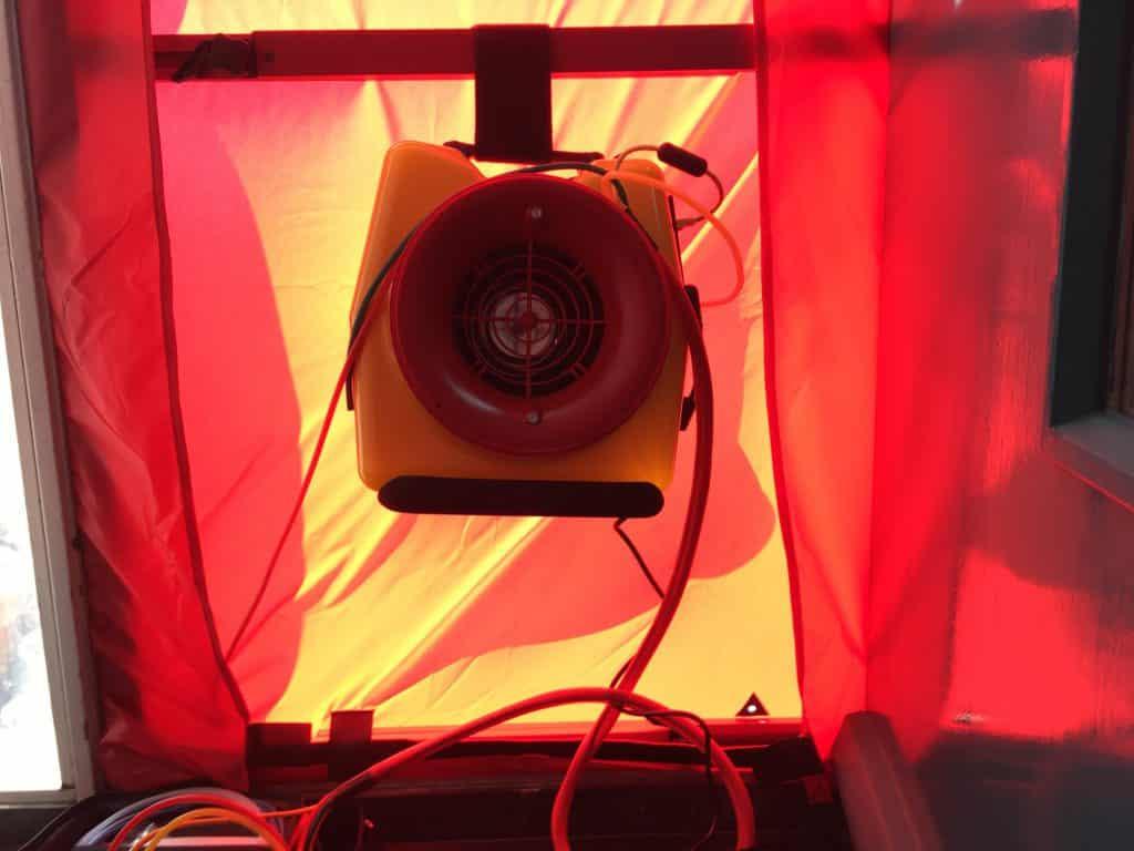 Wij maken gebruik van een rookproef en blowerdoor om de oorzaken van geuroverlast op te sporen.