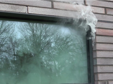 Tijdens een luchtdichtheidstest maken wij gebruik van rook en blowerdoor