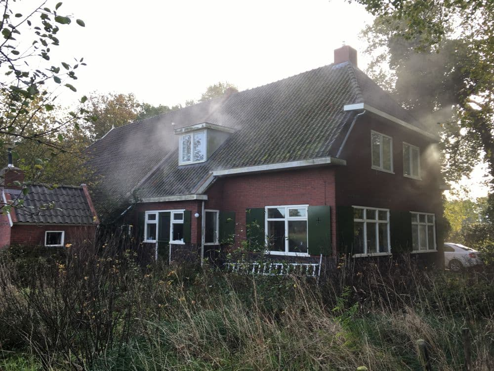 Rookproef tijdens een blowerdoortest bij een woonboerderij in Onnen