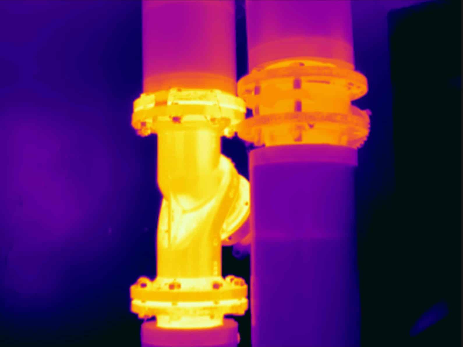 Thermografie toont warmteverlies bij ongeïsoleerde appendages van stadsverwarming