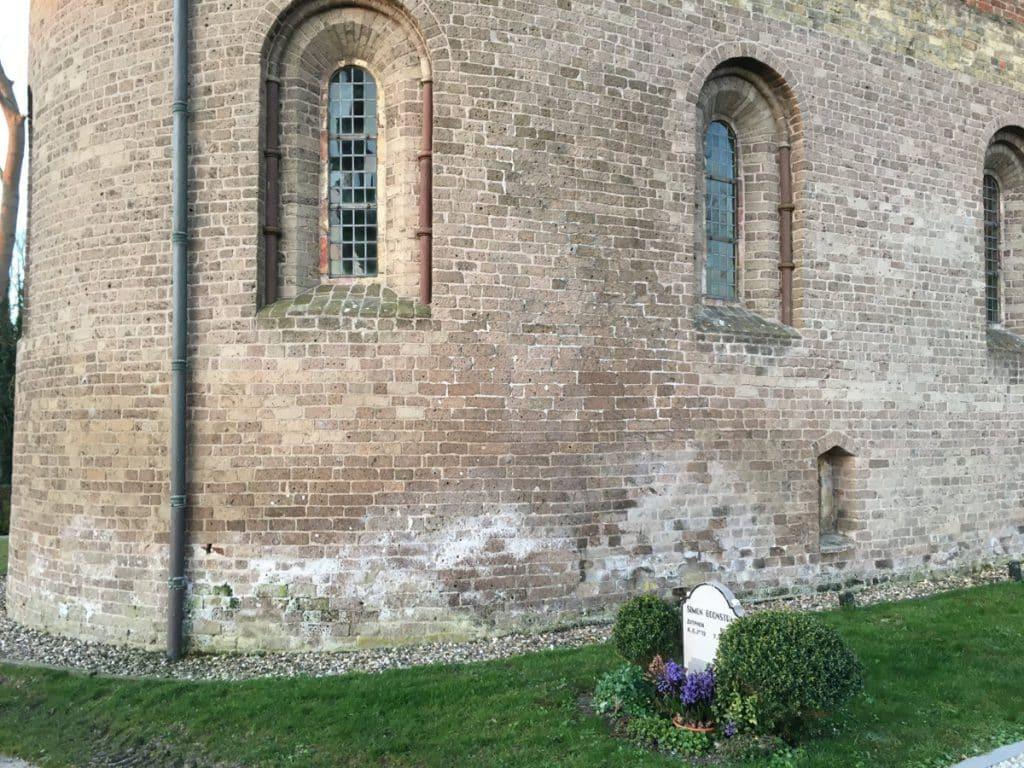 Onderzoek naar de oorzaken van vochtproblemen bij een kerk in Boazum